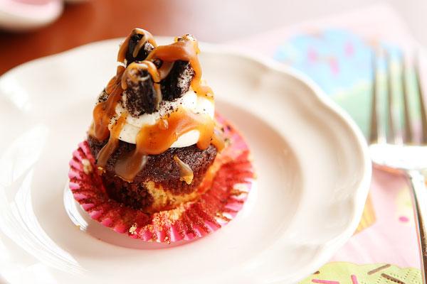 Mini Peanut Butter Oreo Chocolate Fudge Swirl Cupcakes