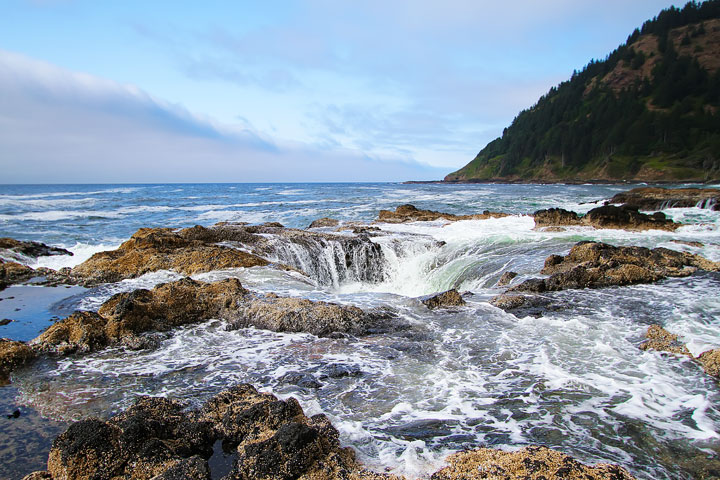 { PHOTOS } Spouting Horn and Thor's Well at Cape Perpetua in Yachats, Oregon www.kevinandamanda.com #travel #landscapes #ocean