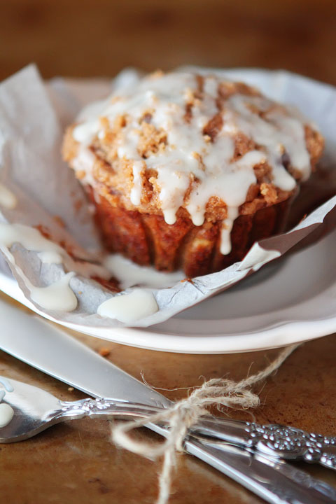 Delicious Banana Bread Muffins made with Eggnog, Dark Chocolate Chips and Cinnamon-Streusel Crumb Topping #recipe #love www.kevinandamanda.com