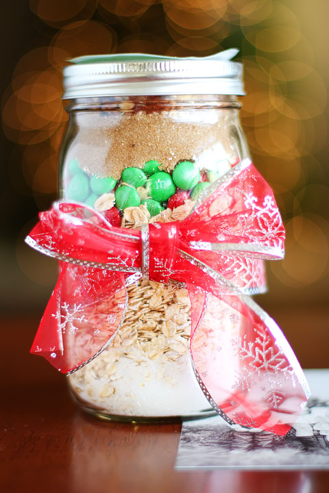 Handmade Christmas Idea: Cookie Mix in a Jar #Recipe + Free Printable Gift Tags kevinandamanda.com
