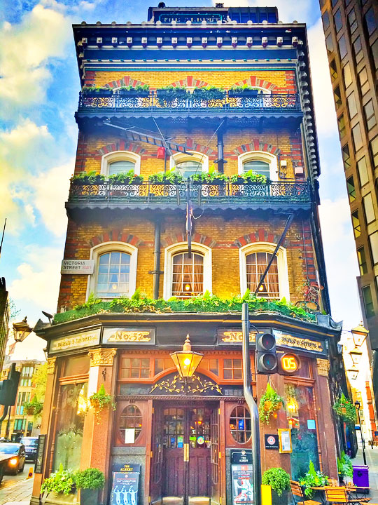 Gorgeous building hidden in London. Tips for Planning a London Vacation. www.kevinandamanda.com. #travel #london #england