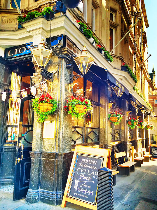 Typical London Pub. Tips for Planning a London Vacation. www.kevinandamanda.com. #travel #london #england