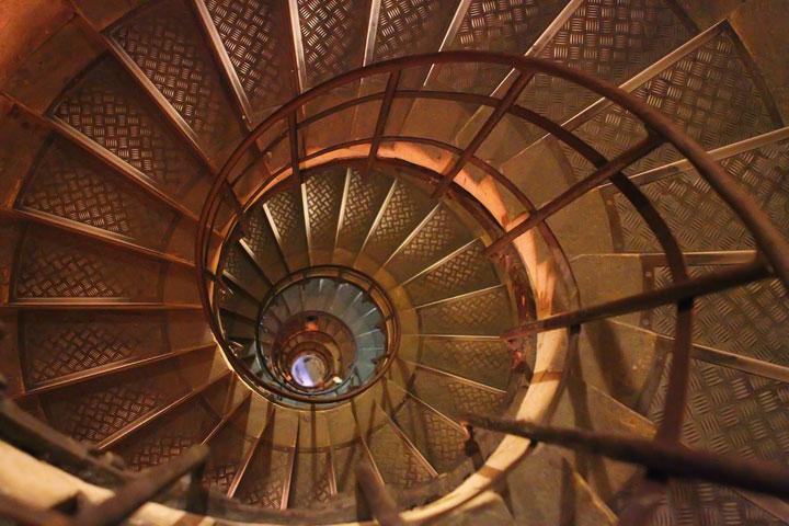 Stairs at the Arc de Triomphe, Paris. Tips for planning a Paris Vacation. www.kevinandamanda.com #paris #travel #france