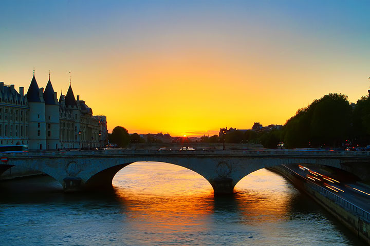 Sunset in Paris. Tips for planning a Paris Vacation. www.kevinandamanda.com #paris #travel #france