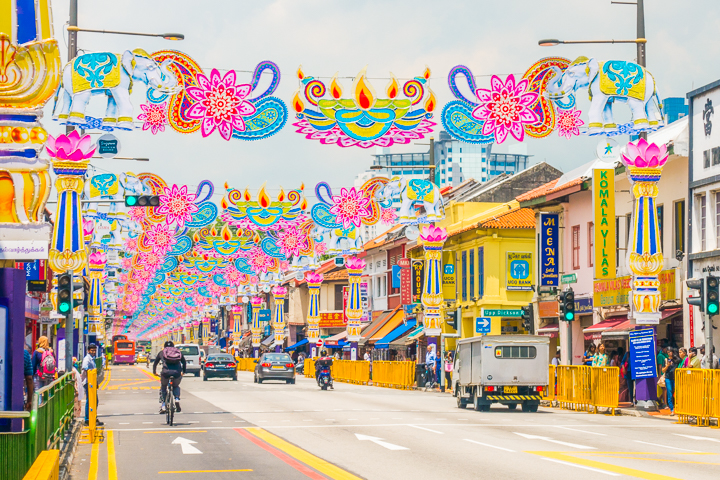 Visiting Singapore is like time-traveling to the future. Here's a list of all the things you HAVE to see in this ultra modern city -- only in Singapore!